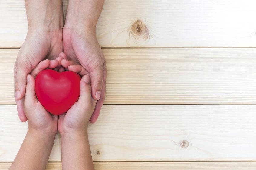 Mani donare cuore amore volontariato sociale